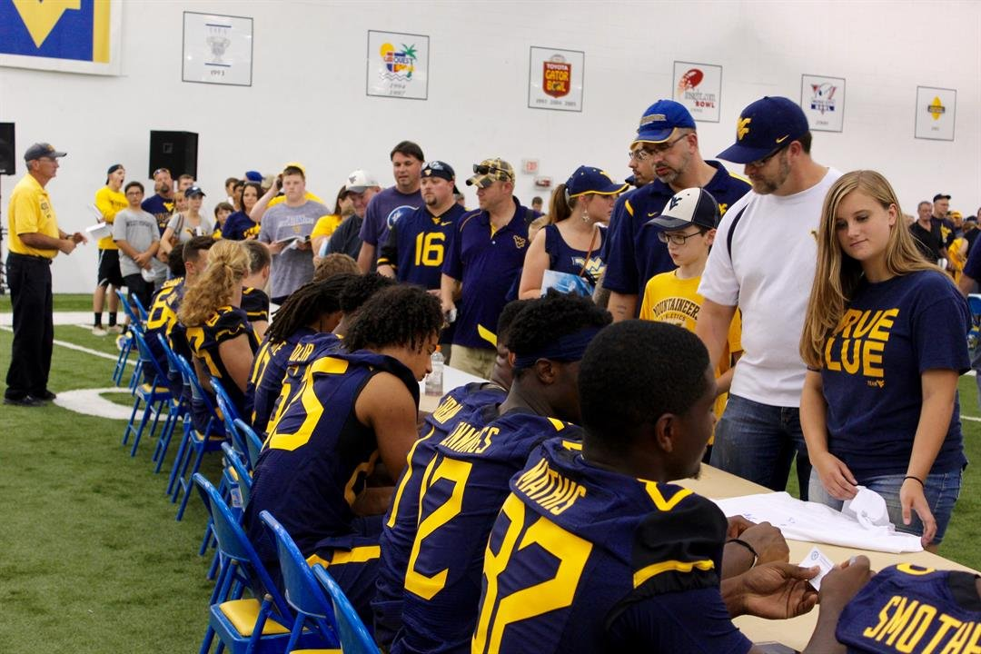 Fans getting autographs from the Mountaineers. (PHOTO: Anjelica Trinone)